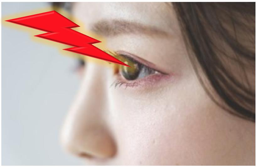目に近赤外線を浴びる女性