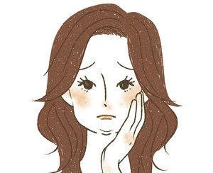 顔のむくみに悩む女性