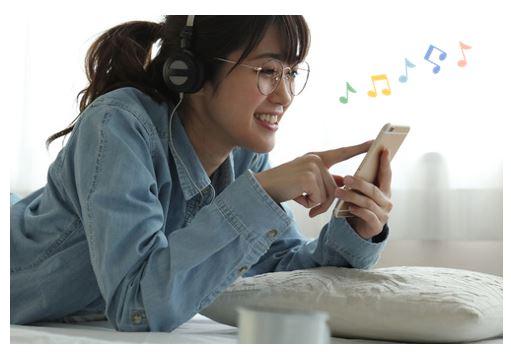 ストレス解消のために音楽を聴く女性