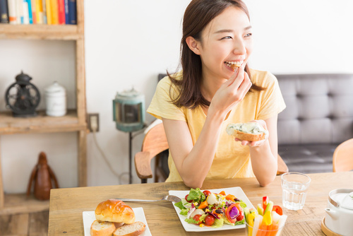 化粧崩れ防止のための食事を摂る女性