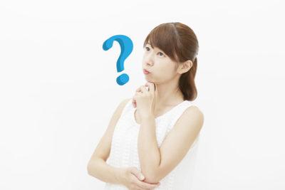 乾燥肌の原因について考える女性