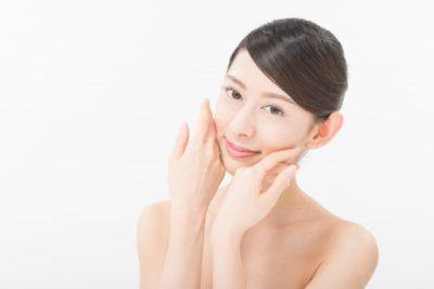 毛穴対策のスキンケアを行う女性