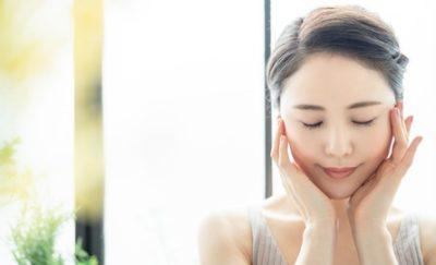 角質細胞間脂質やラメラ構造を守るエイジングケアを行う女性