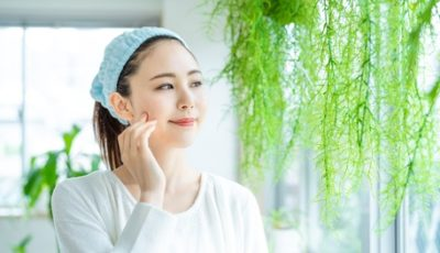 秋の肌荒れ対策のスキンケアを行う女性