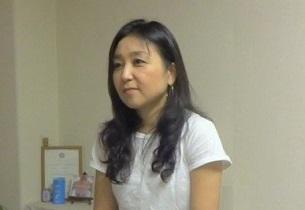 インタビューを受ける井上弥生さん