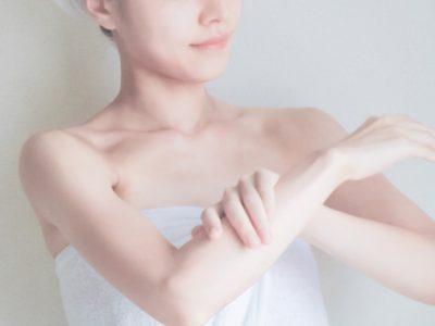 冬の乾燥肌対策のためにボディケアを行う女性
