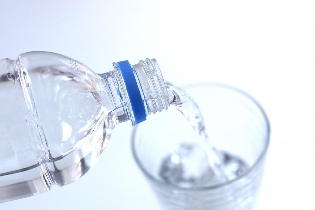 高齢の方は水分を十分に摂る必要がある