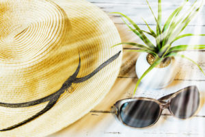 紫外線対策ができる帽子やサングラス