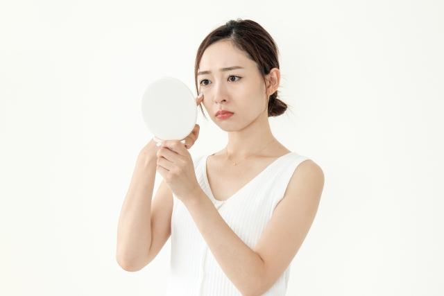 肌質をチェックする女性