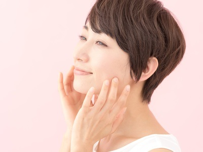 ヒアルロン酸の保湿効果を実感する女性