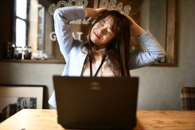 PCのし過ぎで目の疲れを感じている女性
