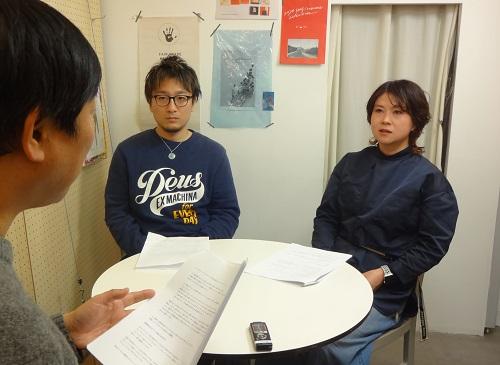 ナールスエイジングケアアカデミー編集長のインタビューを受けるキャレヘアーオーナーと店長