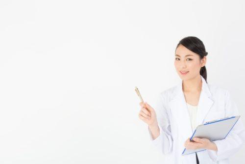 免疫と体温アップの関係を説明する女性医師