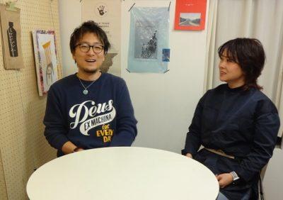 インタビューを受けるキャレヘアーのオーナー西山由里子さんと店長の中園武士さん