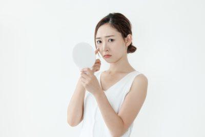 ヒアルロン酸の誤った使い方で肌が乾燥した女性